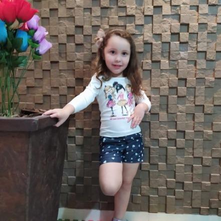 Conjunto Blusa ML estampa meninas, Manga Bufante com shorts de tecido estampado e pedraria nos bolsos